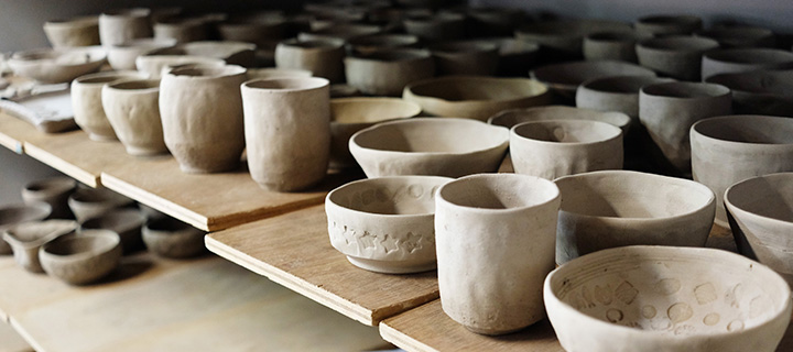 作製された陶芸作品が並ぶ棚