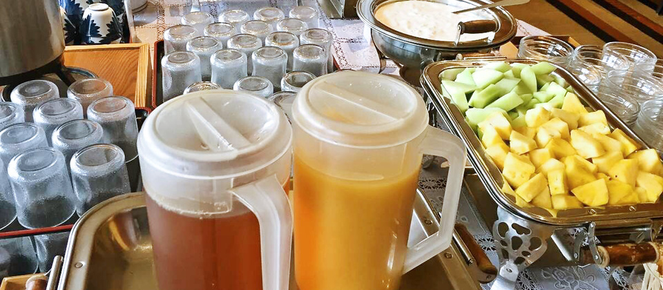 三河湾ヒルズ・ホテルの朝食バイキング・ドリンクコーナー