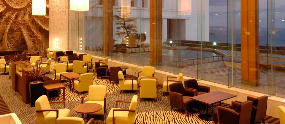 三河湾ヒルズ・ホテルの夕暮れのロビー