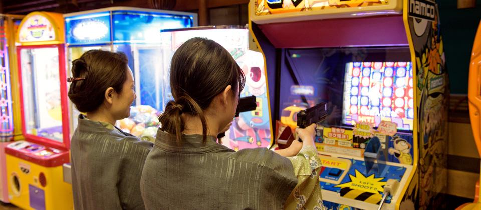 三河湾ヒルズ・ホテルのゲームコーナーで遊ぶ女性客