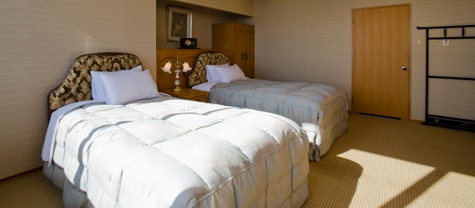 三河湾ヒルズ・ホテルの特別室 和室+ツインのベッドルーム