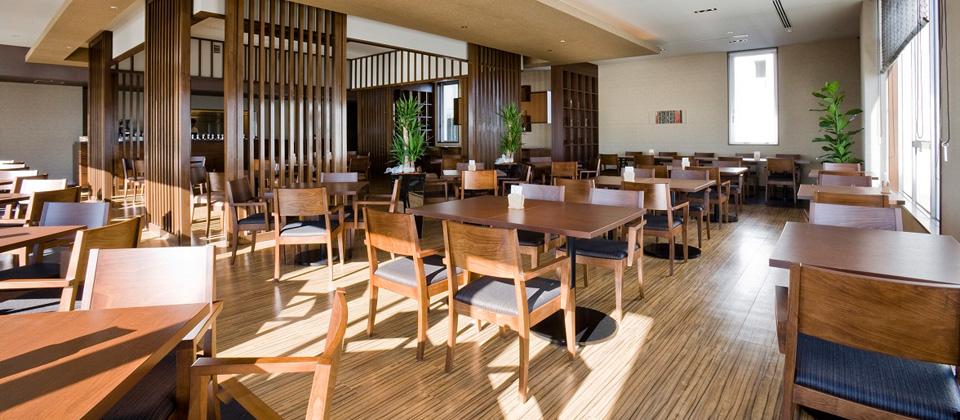 三河湾ヒルズ・ホテルのレストラン「プラシャンティ」昼間の店内の様子