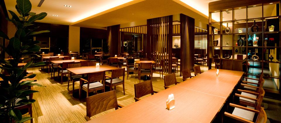 三河湾ヒルズ・ホテルのレストラン「プラシャンティ」夜の店内の様子