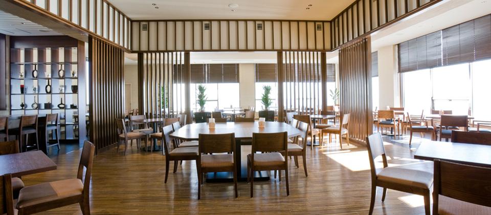三河湾ヒルズ・ホテルのレストラン「プラシャンティ」昼間の陽射しが差し込む店内