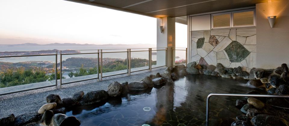 三河湾ヒルズ・ホテルの露天風呂「やまももの湯」からの景色