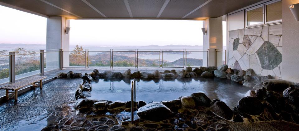 三河湾ヒルズ・ホテルの露天風呂(天然温泉)「やまももの湯」からの景色