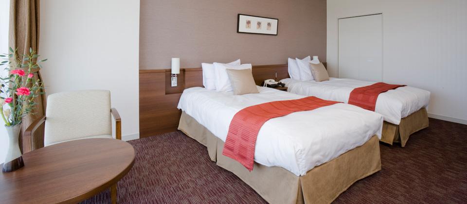 三河湾ヒルズ・ホテルの洋室ツイン(禁煙室)ベッドとテーブル